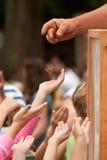 Alcance jovem das mãos para uma borboleta que está sendo liberada no festival imagem de stock royalty free