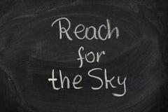 Alcance para la frase del cielo en la pizarra Foto de archivo