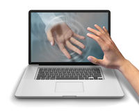 Alcance para o laptop da mão amiga Foto de Stock