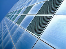 Alcances azules del rascacielos para el cielo azul Imagen de archivo