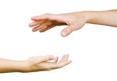 Alcances da mão da criança para a mão dos homens Fotos de Stock Royalty Free