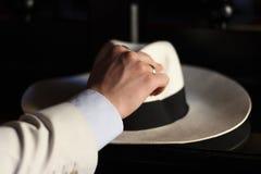 alcances da mão para o chapéu branco foto de stock