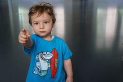 Alcances del niño para un juguete foto de archivo libre de regalías