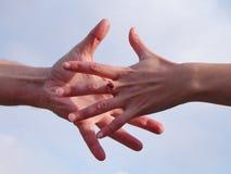 Alcangando as mãos Foto de Stock Royalty Free