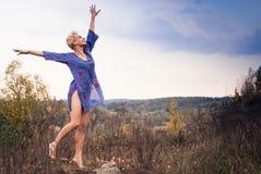 Alcangue o céu pela mulher nova Foto de Stock Royalty Free