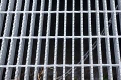 Alcantarilla con un moho y agujeros en la tierra del cemento Imagen de archivo