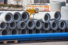 Alcantarilla concreta del drenaje, tubos de los canales para la construcción de edificios industriales fotografía de archivo