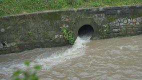 Alcantarilla del canal del torrente del agua metrajes