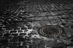 Alcantarilla en piedras de pavimentación Imágenes de archivo libres de regalías