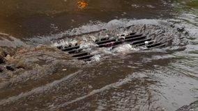 Alcantarilla estorbada con basura en las fuertes lluvias Calle inundada almacen de video