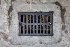 Alcantarilla rectangular con un moho y agujeros Foto de archivo libre de regalías