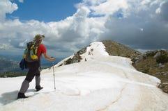 Alcanzar el pico de montaña Imagen de archivo libre de regalías
