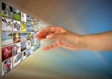 Alcanzar imágenes en la pantalla Fotografía de archivo libre de regalías