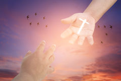 Alcanzar las manos Concepto para el rescate, la amistad, la fe y la creencia Fotos de archivo libres de regalías