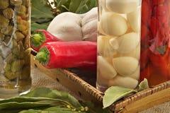 Alcaparras, ajo, hoja de laurel, pimienta caliente Imagen de archivo libre de regalías