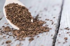 Alcaravia em uma colher de madeira Foto de Stock