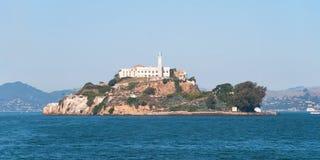 Alcatraz监狱海岛在有美丽的蓝色的旧金山湾 库存图片