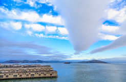 Alcatraz-Insel über San Francisco Piers Under Nice Clouds hinaus Stockbilder