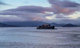 Alcatraz onder Vroege Ochtendwolken Stock Foto