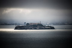 Alcatraz, San Francisco Bay, Калифорния, в тумане Стоковое Фото