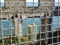 Alcatraz, San Fransisco - ruiny stary budynek Przez ogrodzenia obraz royalty free