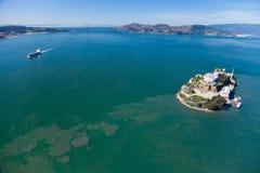 Alcatraz więzienie w San Fransisco i Golden Gate Bridge Zdjęcie Stock