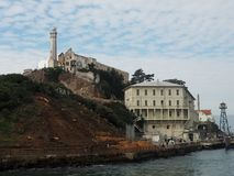 Alcatraz zoals die van het water wordt gezien Stock Afbeelding