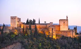 Alcazaba en Alhambra Palace au coucher du soleil, Grenade, Espagne Images libres de droits