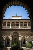 Alcazar Севильи обрамил богато украшенным входом Стоковое Изображение