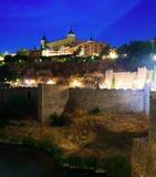 Alcazar från floden i natt spain toledo Arkivbilder