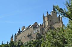 Alcazar kasztel Widzieć Od rzeki Która Biega Przez doliny Która Króluje W Segovia Nieznacznie Łapał Małym gajem architekt obraz stock