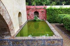 Alcazar vert Royal Palace Séville de réflexion de piscine Images stock