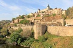 Alcazaren slotten och stadsväggarna av Toledo royaltyfri foto
