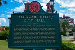 Alcazarhotellet undertecknar in Lightner museumområde på Florida historiska kust royaltyfri foto