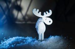 Alces de madera blancos del juguete en la nieve Fotos de archivo libres de regalías