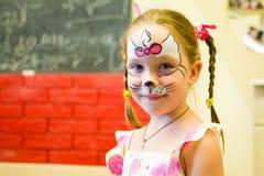 Alchevsk, Ουκρανία - 3 Αυγούστου 2017: Ένα παιδί σύρει ένα πρόσωπο για ένα κόμμα παιδιών ` s Aqua makeup για τα κορίτσια και τα α Στοκ φωτογραφία με δικαίωμα ελεύθερης χρήσης