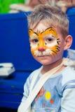 Alchevsk, Ουκρανία - 3 Αυγούστου 2017: Ένα παιδί σύρει ένα πρόσωπο για ένα κόμμα παιδιών ` s Aqua makeup για τα κορίτσια και τα α Στοκ Φωτογραφίες