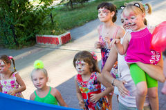 Alchevsk, Ουκρανία - 3 Αυγούστου 2017: Παιχνίδια παιδιών ` s που οργανώνονται γύρω Στοκ φωτογραφία με δικαίωμα ελεύθερης χρήσης