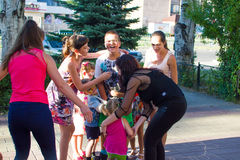 Alchevsk, Ουκρανία - 3 Αυγούστου 2017: Παιχνίδια παιδιών ` s που οργανώνονται γύρω Στοκ εικόνες με δικαίωμα ελεύθερης χρήσης