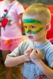 Alchevsk, Ουκρανία - 27 Ιουλίου 2017: Ζωγραφική σωμάτων παιδιών ` s στοκ εικόνες με δικαίωμα ελεύθερης χρήσης