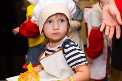 Alchevsk, Ουκρανία - 16 Ιουλίου 2017: Κύρια κατηγορία παιδιών ` s στο μαγείρεμα των πατατών στο φούρνο με το ζαμπόν και το τυρί Στοκ εικόνες με δικαίωμα ελεύθερης χρήσης