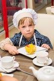 Alchevsk, Ουκρανία - 16 Ιουλίου 2017: Κύρια κατηγορία παιδιών ` s στο μαγείρεμα των πατατών στο φούρνο με το ζαμπόν και το τυρί Στοκ Εικόνα