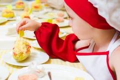 Alchevsk, Ουκρανία - 16 Ιουλίου 2017: Κύρια κατηγορία παιδιών ` s στο μαγείρεμα των πατατών στο φούρνο με το ζαμπόν και το τυρί Στοκ φωτογραφία με δικαίωμα ελεύθερης χρήσης