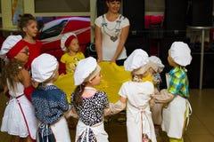 Alchevsk, Ουκρανία - 16 Ιουλίου 2017: Κύρια κατηγορία παιδιών ` s στο μαγείρεμα των πατατών στο φούρνο με το ζαμπόν και το τυρί Στοκ εικόνα με δικαίωμα ελεύθερης χρήσης