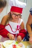 Alchevsk, Ουκρανία - 16 Ιουλίου 2017: Κύρια κατηγορία παιδιών ` s στο μαγείρεμα των πατατών στο φούρνο με το ζαμπόν και το τυρί Στοκ φωτογραφίες με δικαίωμα ελεύθερης χρήσης
