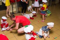 Alchevsk, Ουκρανία - 16 Ιουλίου 2017: Κύρια κατηγορία παιδιών ` s στο μαγείρεμα των πατατών στο φούρνο με το ζαμπόν και το τυρί Στοκ Φωτογραφίες