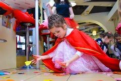 Alchevsk, Ουκρανία - 11 Μαρτίου 2018: παιδιά με το χρωματισμένο παιχνίδι προσώπων με τους εμψυχωτές στα κοστούμια στοκ εικόνες