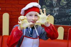 Alchevsk, Ουκρανία - 11 Μαρτίου 2018: παιδιά υπό μορφή μαγείρων στους σχολικούς μικρούς μάγειρες σε έναν καφέ Στοκ Εικόνα