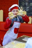Alchevsk, Ουκρανία - 11 Μαρτίου 2018: παιδιά υπό μορφή μαγείρων στους σχολικούς μικρούς μάγειρες σε έναν καφέ Στοκ Φωτογραφίες