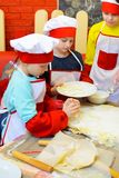 Alchevsk, Ουκρανία - 11 Μαρτίου 2018: παιδιά υπό μορφή μαγείρων στους σχολικούς μικρούς μάγειρες σε έναν καφέ Στοκ εικόνες με δικαίωμα ελεύθερης χρήσης